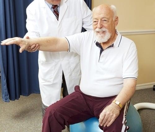 013471385+chiropractor+helping+senior+pa