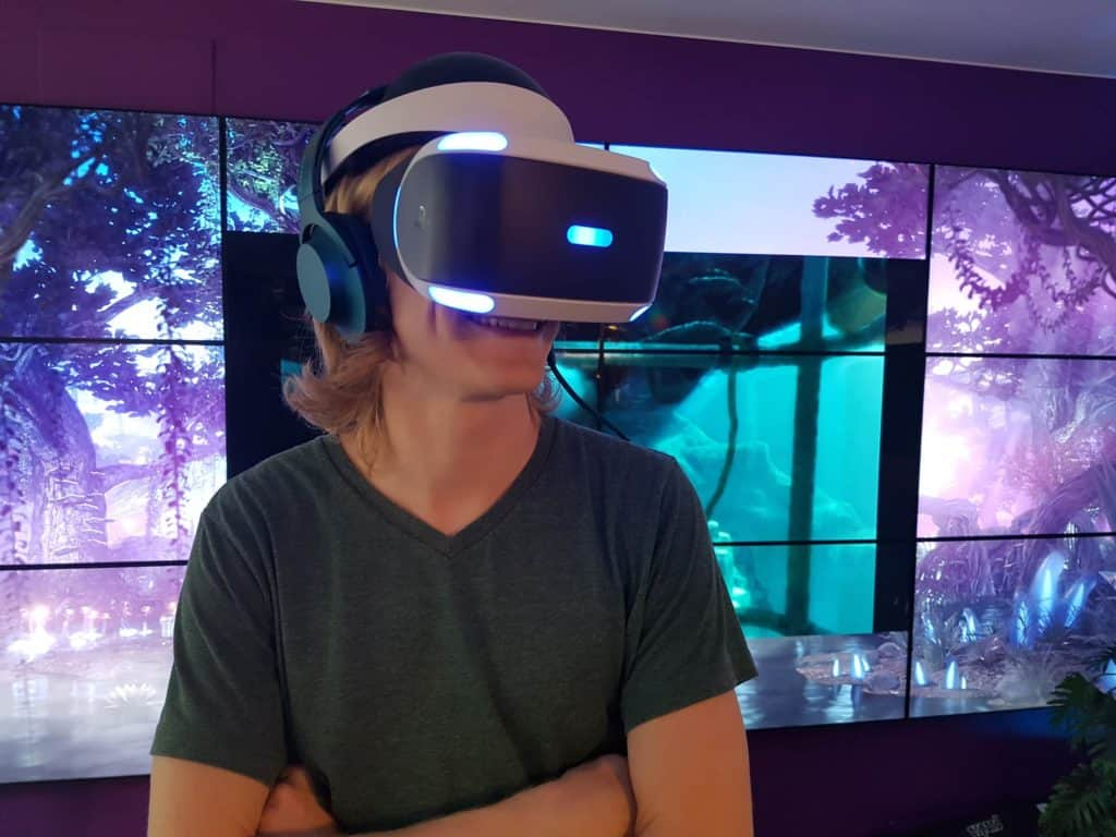 Simon gillar grafiken i Playstation VR