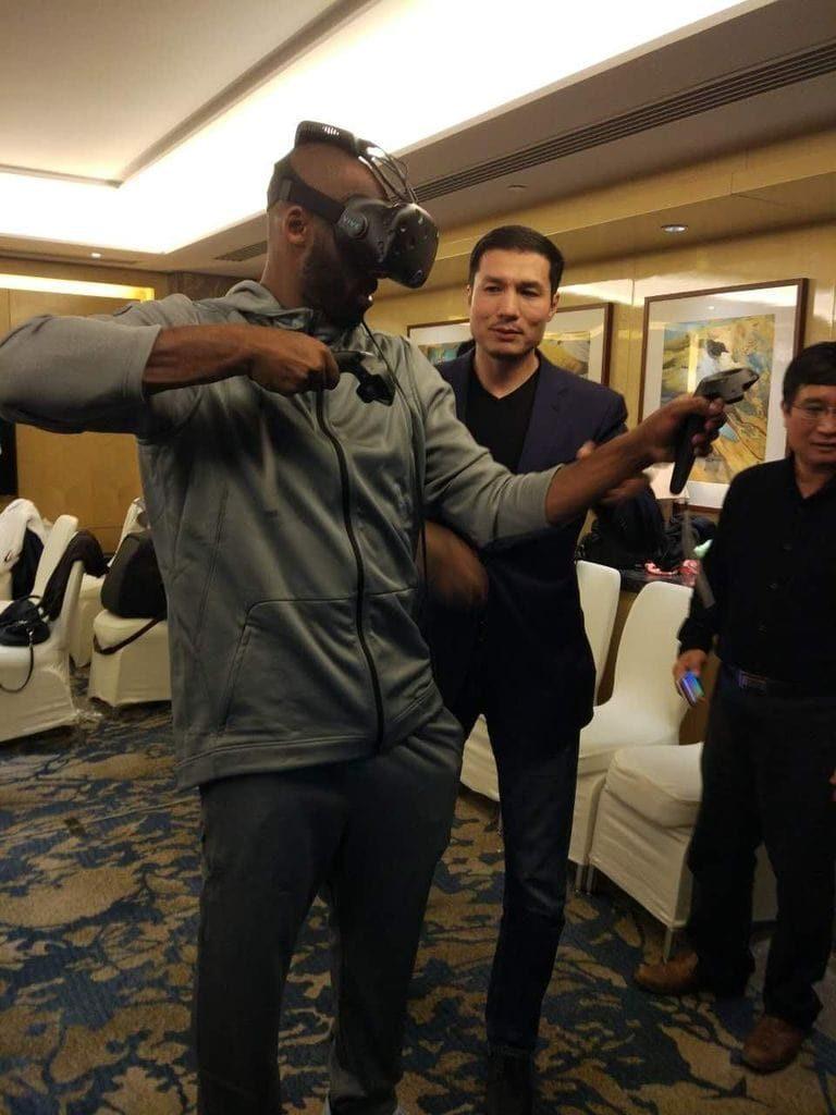Tidigare NBA-stjärnan Kobe Bryant var en av de första som fick prova den nya trådlösa produkten.