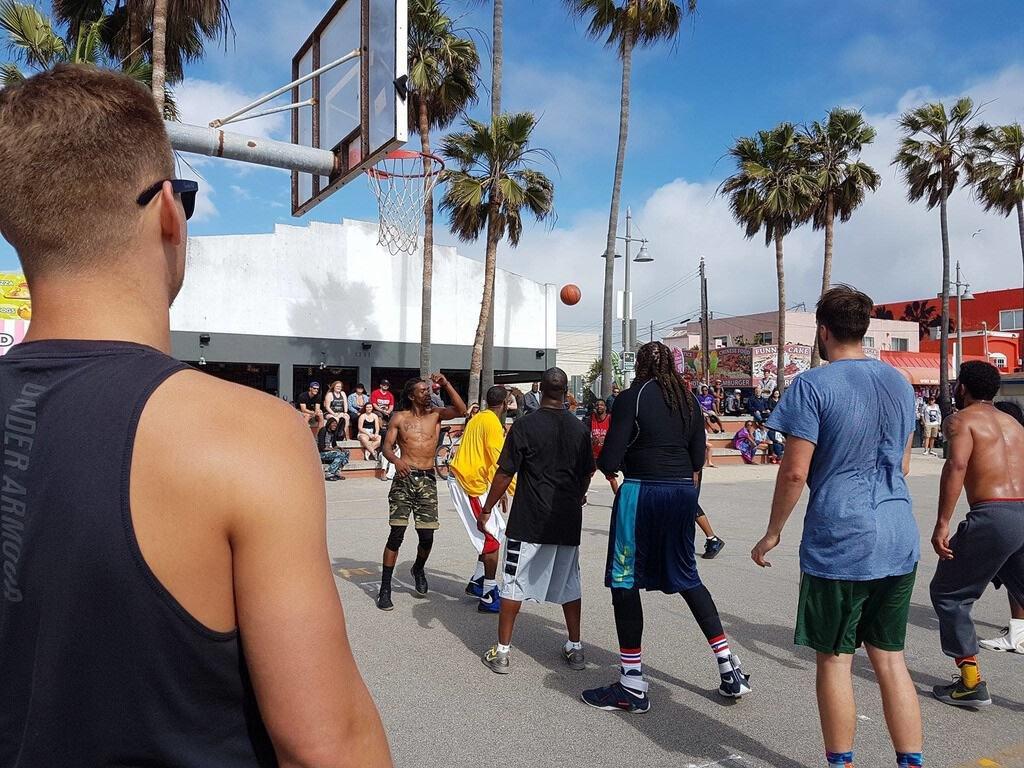"""Rumskamrat """"Mother Russia"""" i ljusblå tröja har spelat baskeboll de senaste 1-2 årenpå Venice beach"""