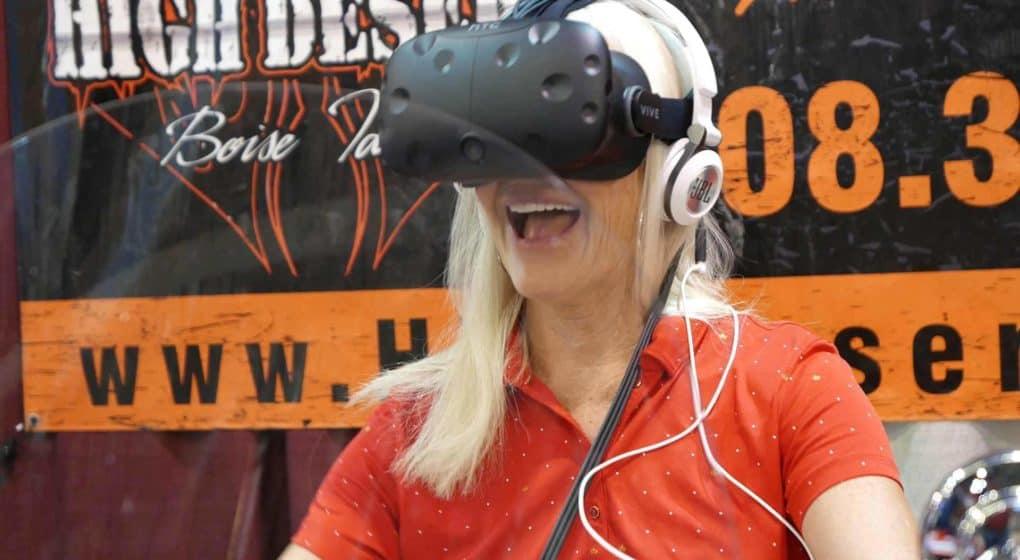 kvinna som testar VR för kompetensutveckling