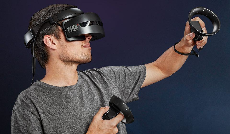 Person med HP Mixed Reality VR-headset med kontroller