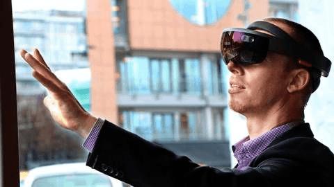Loris Cwyl från Volvo med en HoloLens